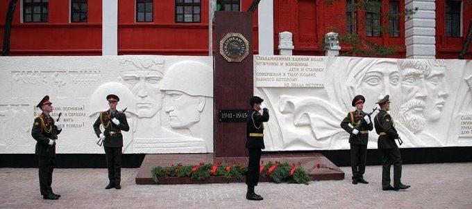 г. Благовещенск. Памятник труженикам тыла на площади Победы был открыт в 2015 г. Скульптор - А. Бурганов