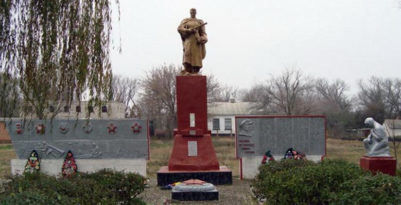 с. Першотравневое Боровского р-на. Братская могила советских воинов и памятный знак воинам-односельчанам
