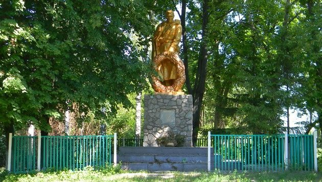 с. Братеница Богодуховского р-на. памятник в центре села, установлен на братской могиле 4 воинов, в т.ч. 2 неизвестных, погибших при освобождении села