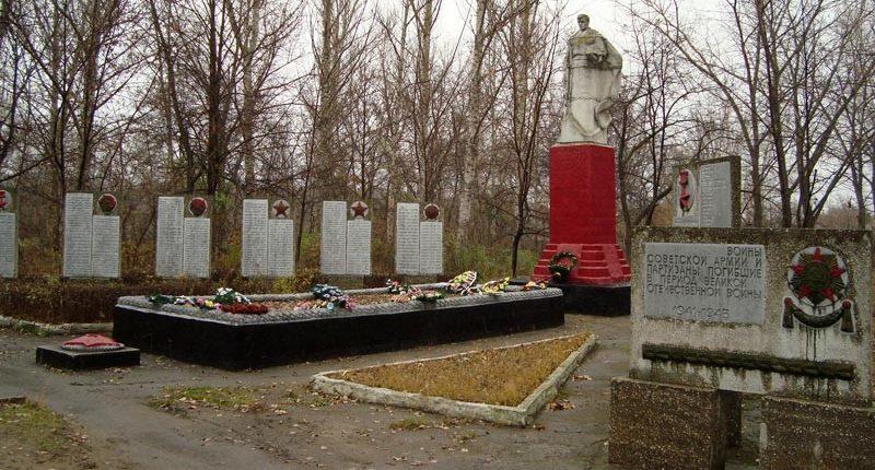 с. Пески-Радьковские Боровского р-на. Памятник установлен на братской могиле, в которой захоронено 142 воина и партизана, погибших при освобождении села