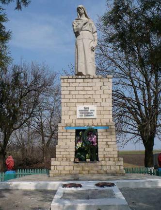 с. Гавриловка Барвенковского р-на. Памятник на братской могиле, в которой похоронено 69 воинов.