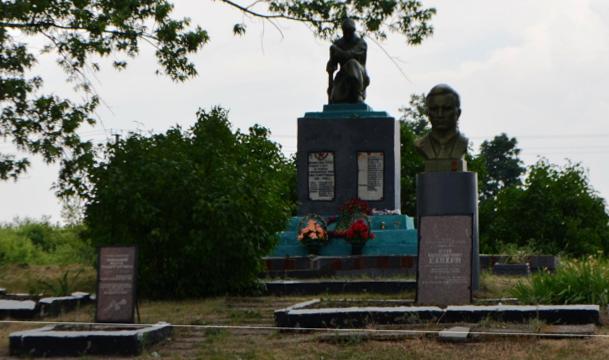 с. Широкое Близнюковского р-на. Памятник  установлен на братской могиле, в которой похоронено 20 февраля 1942 года погибших воинов в боях за село. Отдельно расположена могила командира эскадрильи 69-го истребительного авиационного полка Елохина Агея Александровича - Героя Советского Союза