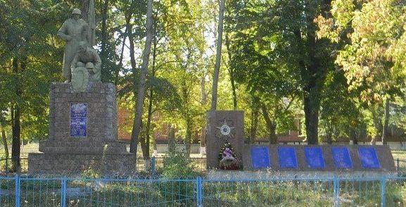 с. Винницкие Иваны Богодуховского р-на. Памятник в центре села, установлен на братской могиле 37 воинов, в т.ч. 13 неизвестных. Здесь же расположен памятный знак и мемориальные доски с именами погибших земляков во время войны.