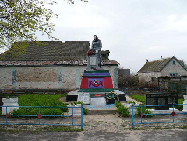 с. Григоровка Барвенковского р-на. Памятник в центре села, установлен на братской могиле, в которой похоронено 44 воина