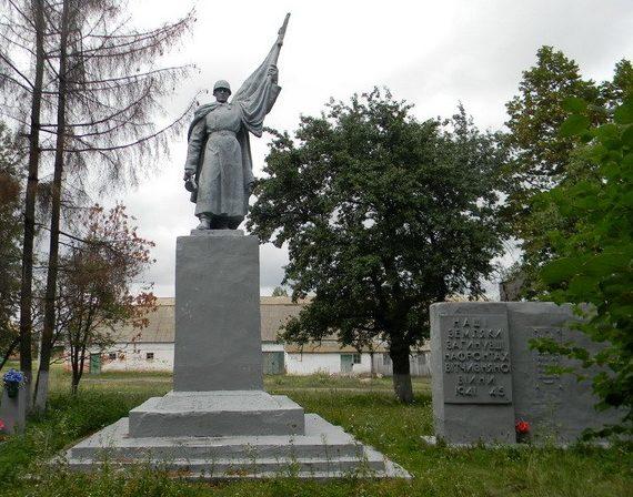 пос. Гавриши Богодуховского р-на. Памятник погибшим землякам и обелиск неизвестному солдату