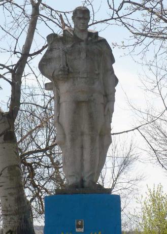 п. Дмитровка Барвенковского р-на. Памятник установлен на братской могиле, в которой похоронено 124 воина.