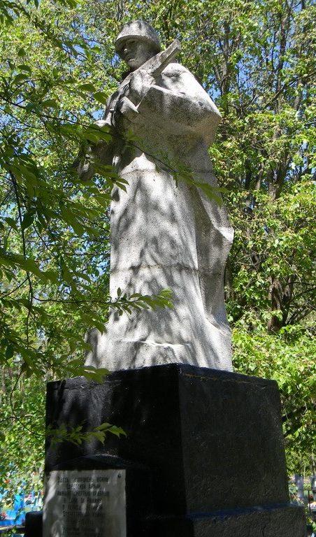 с. Александровка Богодуховского р-на. Памятник на сельском кладбище, установлен на братской могиле воинов, погибших при освобождении села
