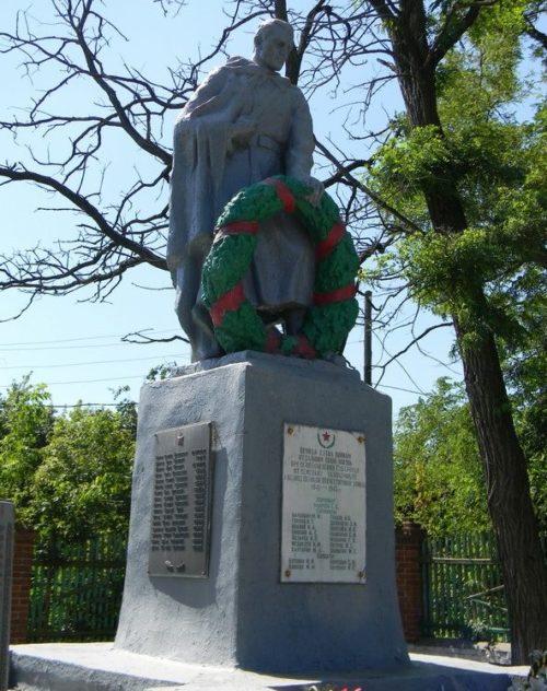 с. Губаревка Богодуховского р-на. Памятник в центре села, установлен на братской могиле. На памятнике установлены мемориальные доски с именами погибших земляков