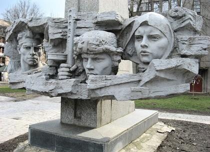 Скульптурная группа памятника