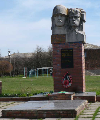 п. Ивановка Барвенковского р-на. Памятник установлен на братской могиле, в которой похоронено 35 воинов