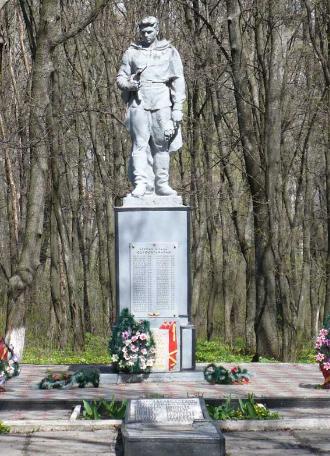 п. Ивановка Барвенковского р-на. Памятник установлен на братской могиле, в которой похоронено 276 воинов. Здесь же размещен памятный знак воинам-землякам, погибшим во время войны.