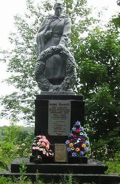 п. Гуты Богодуховского р-на. Памятник установлен на братской могиле в Урочище Байрак, где захоронено 372 воина, в т.ч. 370 неизвестных, погибших при освобождении поселка.