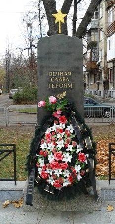 В сквере имени Петра Кандаурова, расположенному в переулке Мира, 3 находится братская могила, в которой захоронен и майор П. Кандауров, удостоенный посмертно звания Героя Советского Союза. В 2010 году братская могила была упорядочена, а скверу присвоено имя героя.