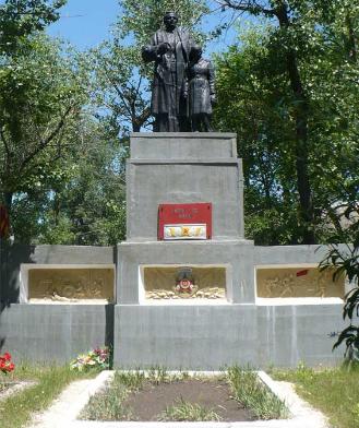 с. Ильичовка Барвенковского р-на. Памятник установлен на братской могиле, в которой похоронено 85 воинов