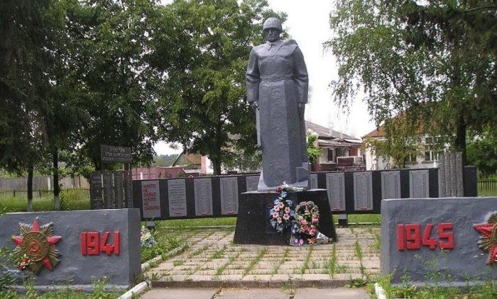 п. Гуты Богодуховского р-на. Братская могила воинов, погибших при освобождении поселка и памятный знак погибшим землякам