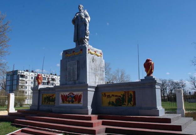г. Балаклея. Памятник установлен в 1965 году перед КПП воинской части, в память о 30 работниках войсковой части 61798, погибших в годы войны.