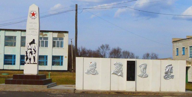 с. Марково Благовещенского р-на. Памятник погибшим односельчанам