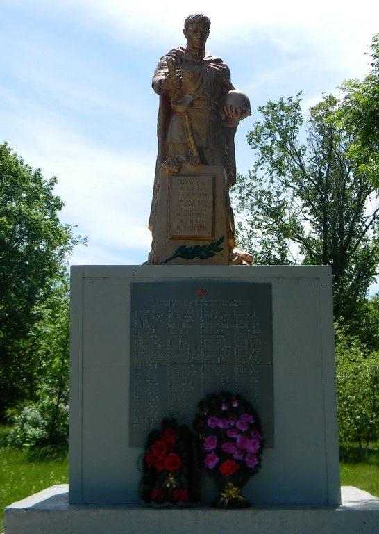 с. Дмитровка Богодуховского р-на. Памятник установлен на братской могиле, в которой похоронено 151 воин, погибший при освобождении села