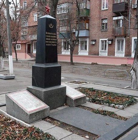 Обелиск, по улице 2-ой Пятилетки, 38 установлен на братской могиле, в которой захоронено 74 воина, погибших в боях за освобождение Харькова.