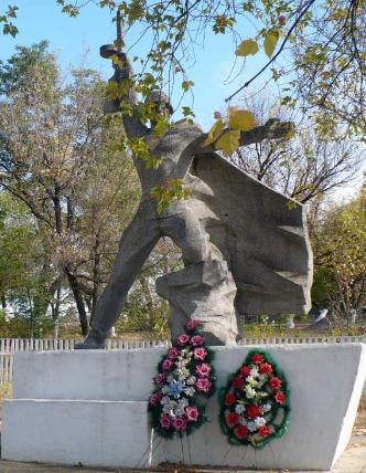 п. Курулька Барвенковского р-на. Памятник установлен на братской могиле, в которой похоронено 217 воинов, среди которых похоронен Степашов И.С. – Герой Советского Союза