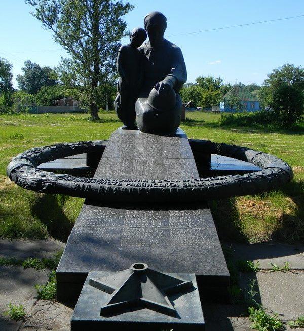 с. Заброды Богодуховского р-на. Памятник установлен в центре села в память о погибших земляках