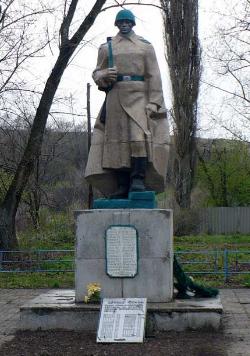 п. Малолетки Барвенковского р-на. Памятник установлен на братской могиле, в которой похоронено 259 воинов. Здесь же размещена мемориальная доска с именами погибших односельчан в годы войны.