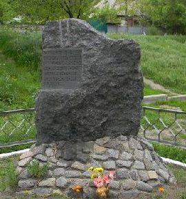 Памятный знак на пересечение улицы Академика Павлова и проспекта 50-летия ВЛКСМ, установленный на братской могиле пациентов и медперсонала 15-й психиатрической больницы, погибших в годы оккупации города.