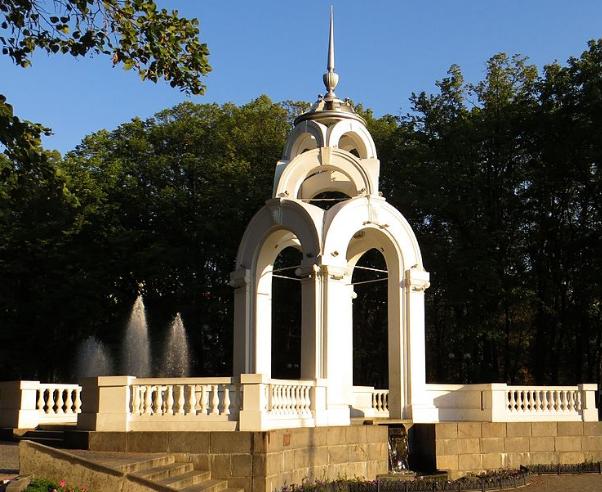 Ротонда «Стеклянная струя» размещенная в сквере «Победы» изначально называлась «Памятник Победы» и была построена в 1947 году по проекту архитектора В. И. Коржа.