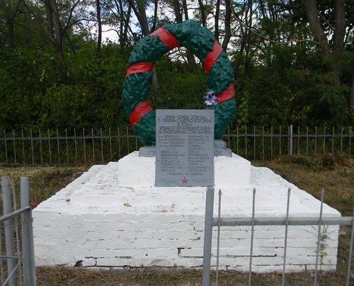 с. Байрак Богодуховского р-на. Памятник на сельском кладбище, установлен на братской могиле 84 воинов, в.т.ч. 61 неизвестного, погибших в годы войны