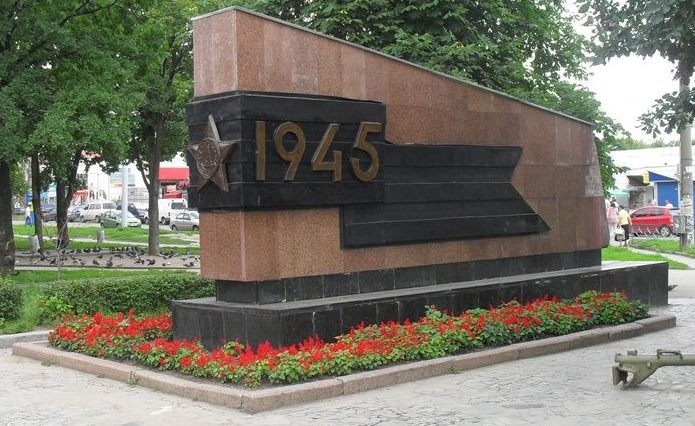 Стелы у памятника