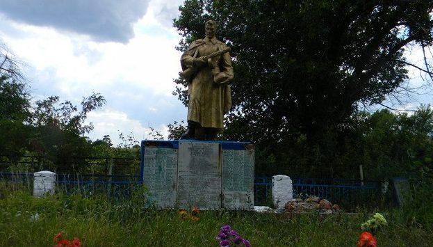 с. Кленовое Богодуховского р-на. Памятник на сельском кладбище, установлен на братской могиле, в которой захоронено 160 воинов и партизан, в т.ч. 11 неизвестных