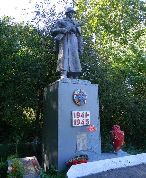 с. Корбины Иваны Богодуховского р-на. Памятник установлен на братской могиле, в которой захоронено 14 воинов. На памятнике установлена мемориальная доска с именами 28 погибших земляков в годы войны.
