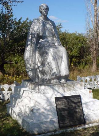 п. Старая Семеновка Барвенковского р-на. Памятник, возле бывшей школы, установлен на братской могиле, в которой похоронено 18 советских воинов, погибших в боях за село
