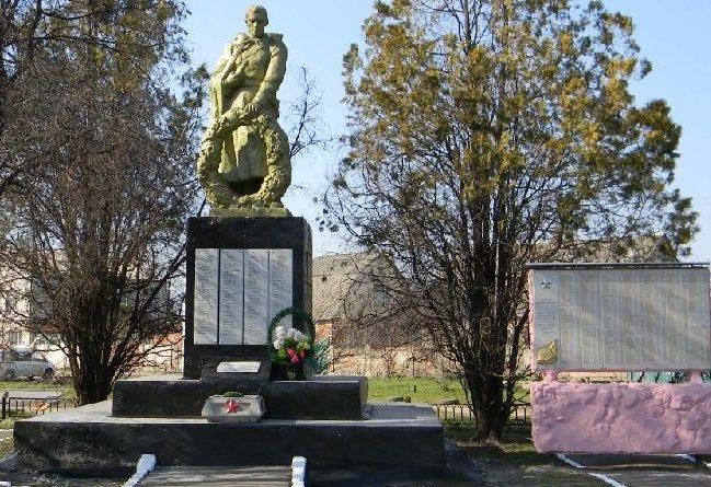 Обелиск по улице Парижской Коммуны, установлен на братской могиле советских воинов, погибших в боях за Харьков, в которой захоронено 296 воинов, в т.ч. 150 неизвестных.