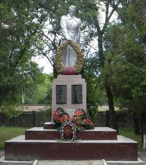 Памятник по улице Сергея Тархова, установлен на братской могиле советских воинов, погибших в боях за Харьков в которой похоронен 31 воин.