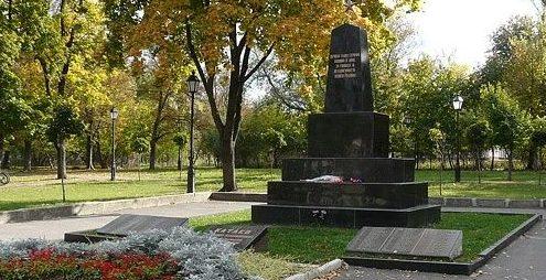 Обелиск по улице Тимирязева (станция Новая Бавария) установлен на братской могиле, в которой похоронено 169 воинов. Здесь же похоронен секретарь подпольной партийной организации на станции Новая Бавария А.В.Катаев.