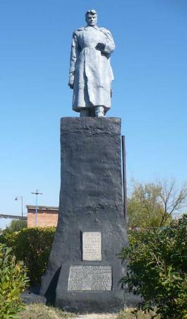 п. Червоный Лиман Барвенковского р-на. Памятник установлен на братской могиле, в которой похоронено 50 советских воинов