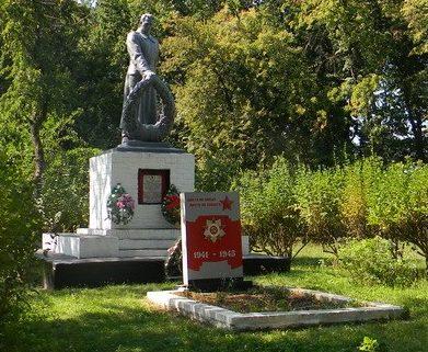 с. Веселое Балаклейского р-на. Памятник в парке села установлен на братской могиле, в которой похоронено 200 воинов, в т.ч. 189 неизвестных, погибших в боях за село.