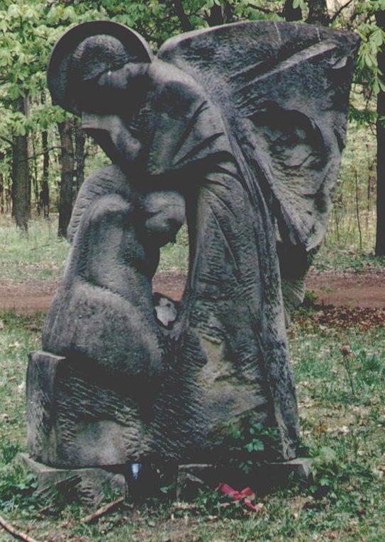 «Ангел». Памятник 1990 году в парке Горького, установленный в память о погибших немецких военнослужащих.