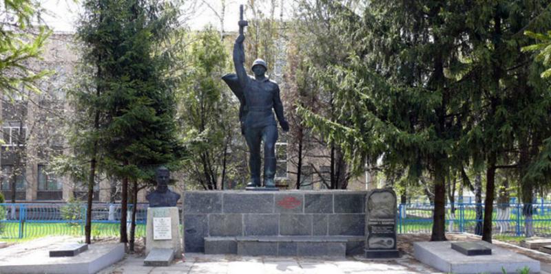 п. Близнюки Близнюковского р-на. Памятник по улице Советской, установлен на братской могиле, в которой похоронено 278 советских воинов