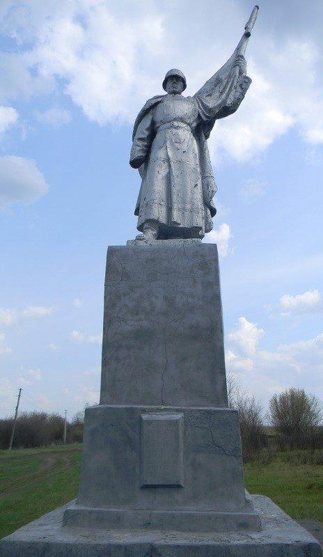 с. Волчий ЯрБалаклейского р-на. Памятник погибшим воинам.