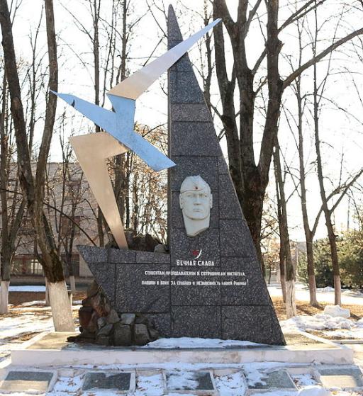 Памятный знак студентам, преподавателям и сотрудникам Харьковского авиационного института павшим в боях с немецко-фашистскими захватчиками. Знак установлен на главной аллее института, ведущей к радиотехническому корпусу