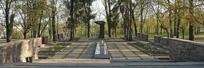 Общий вид мемориала в память о преподавателях и студентах ХПИ