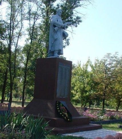 с. Гусаровка Балаклейского р-на. Братская могила.