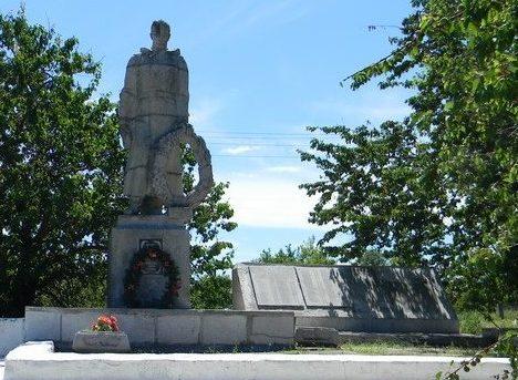 с. Завгороднее Балаклейского р-на. Общий вид братской могилы