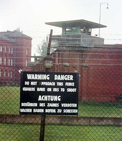 Вышка караульного по периметру тюрьмы
