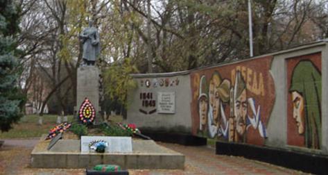 п. Боровая. Памятник в центре поселка, установлен на братской могиле, в которой захоронено 679 воинов советской армии и партизан, воевавших и погибших на территории района.