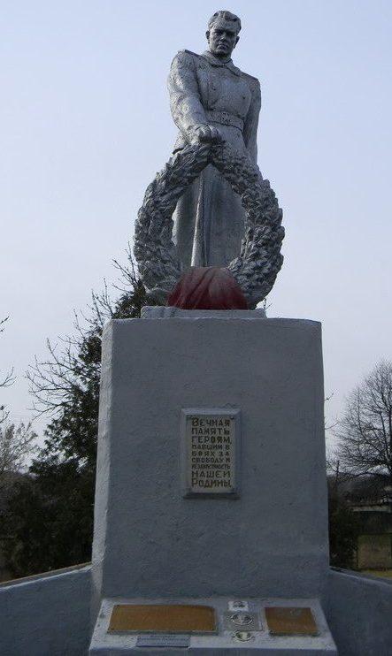 с. Залиман Балаклейского р-на. Памятник, установлен во дворе школы на братской могиле 898 воинов, погибшим во время войны.
