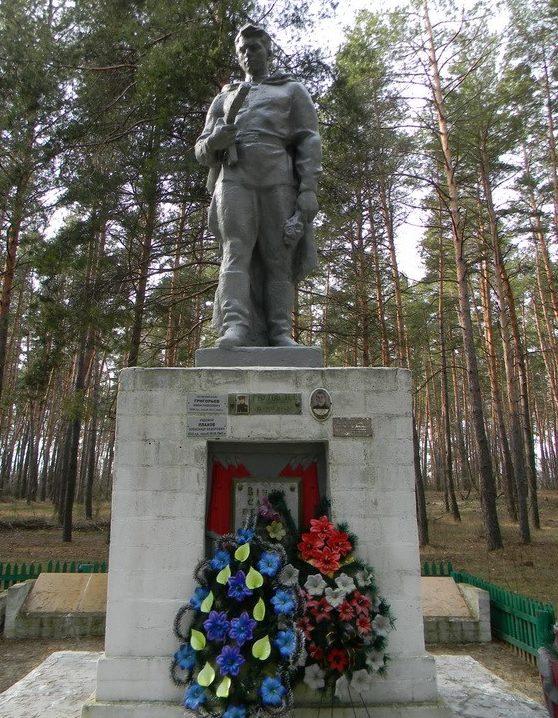 Памятник в лесу, на окраине села, установлен на двух братских могилах, в которых захоронено 629 воинов.