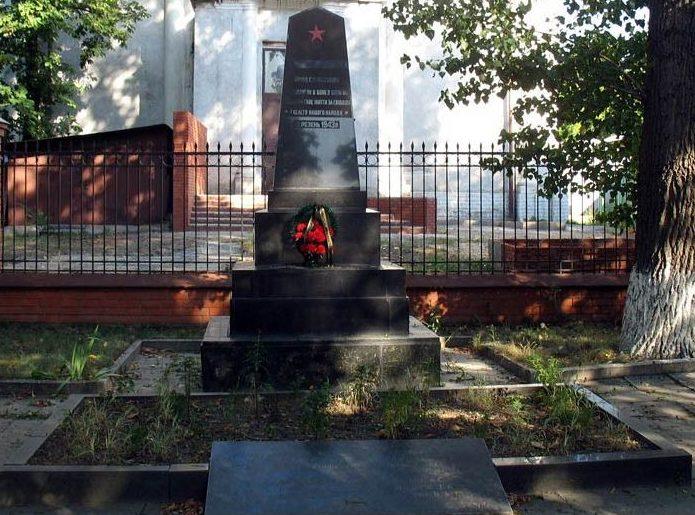 Обелиск в память о погибших воинах, установленный на территории Харьковского института инженеров транспорта на площади Фейербаха, 7
